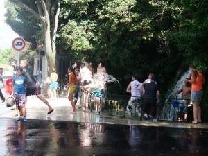 Bataille d'eau lors du jeu de la bague en boghei, photographie de Chloé Rosati-Marzetti (Gémenos, 29 juillet 2013)
