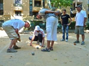 Joueurs mesurant la distance entre deux boules et le bouchon, photographie de Valérie Feschet