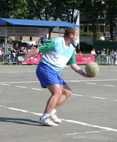 Partie de ballon au poing : engagement photographie du site jeuxpicards.org