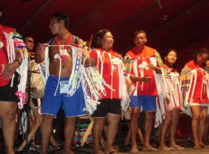 Remise des prix des Jeux Kali'na, l'équipe anuwana (urubu roi) est vainqueur, photographie de Florence Helfer (décembre 2010).